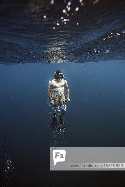 Mann schnorchelt unter Wasser  Gili Meno  Gili-Inseln  Bali  Indonesien