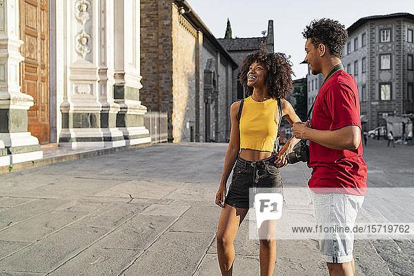 Glückliches junges Touristenpaar erkundet die Stadt  Florenz  Italien