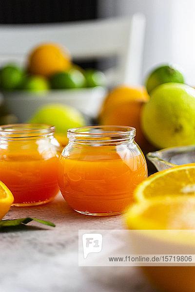 Gläser mit frisch gepresstem Orangensaft