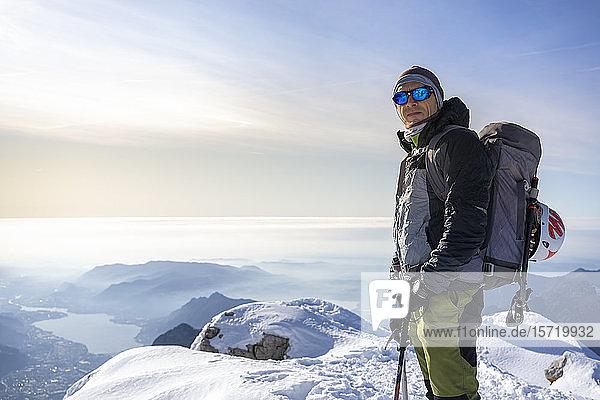 Porträt eines Alpinisten auf einem schneebedeckten Berggipfel  Orobie Alps  Lecco  Italien