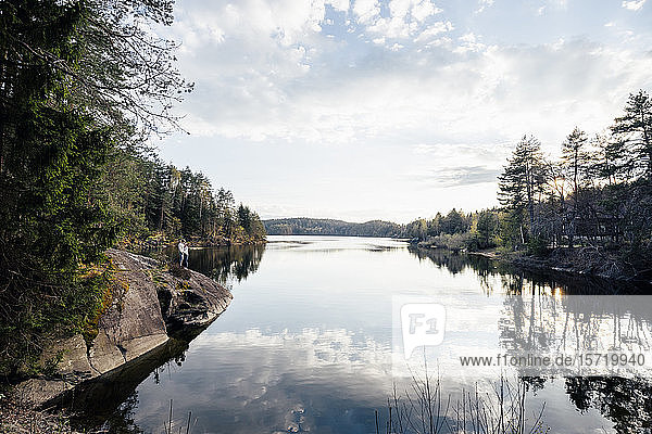 Blick auf den Forstsee mit Ehepaar am Seeufer  Kärnten  Österreich