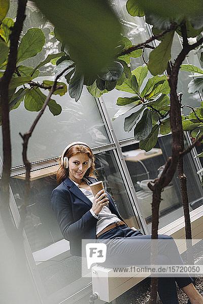 Geschäftsfrau macht eine Pause in einem modernen Bürogebäude