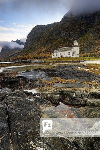 Kirche  Gimsoy  Küste  Herbst  Lofoten  Norwegen  Europa