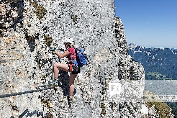 Junge Frau beim Klettern an einer Felswand  Klettersteig zur Seekarlspitze  5-Gipfel-Klettersteig  Wanderung am Rofangebirge  Tirol  Österreich  Europa