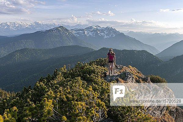Wanderin blickt über Berglandschaft  Wanderweg der Herzogstand Heimgarten Überschreitung  Oberbayern  Bayern  Deutschland  Europa