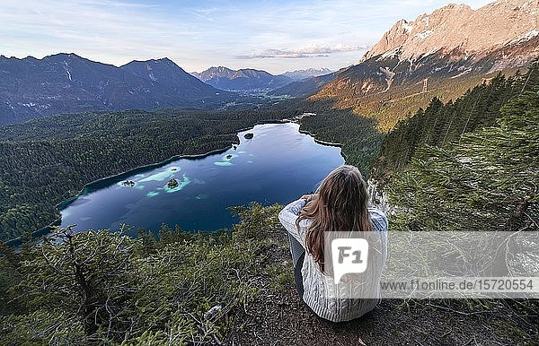 Frau blickt über Eibsee und Zugspitzmassiv mit Zugspitze  Luftaufnahme  Panorama  Wettersteingebirge  bei Grainau  Oberbayern  Bayern  Deutschland  Europa