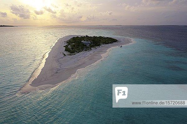 Luftaufnahme  unbewohnte Insel für Ausflüge  Malediveninsel  Ausflugsinsel mit breitem Sandstrand  Abenddämmerung  Malediven  Asien