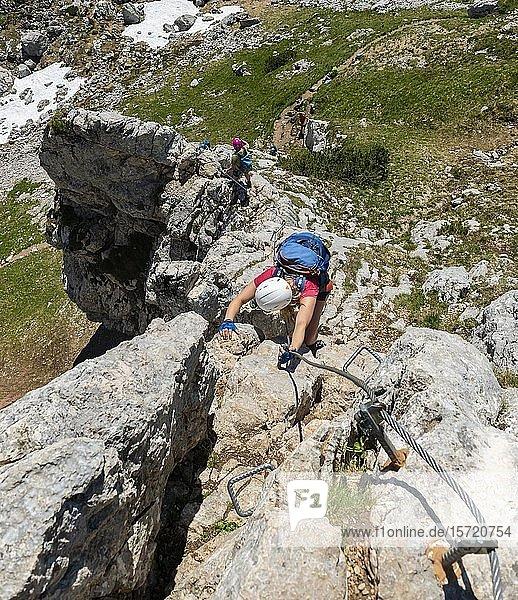 Junge Frau beim Klettern  Klettersteig  5-Gipfel-Klettersteig  an der Haidachstellwand  Wanderung am Rofangebirge  Tirol  Österreich  Europa