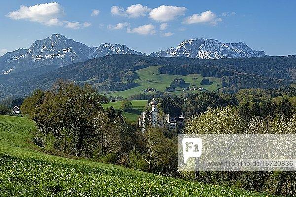 Ehemaliges Kloster Höglwörth vor den Berchtesgadener Alpen  Anger  Rupertigau  Chiemgau  Oberbayern  Bayern  Deutschland  Europa