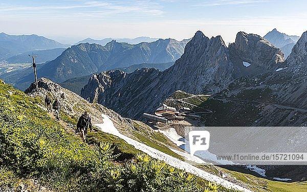 Bergsteiger  Blick auf Karwendel Berggaststätte und Karwendelbahn Bergstation  rechts westliche Karwendelspitze  Mittenwalder Höhenweg  Karwendelgebirge  Mittenwald  Deutschland  Europa