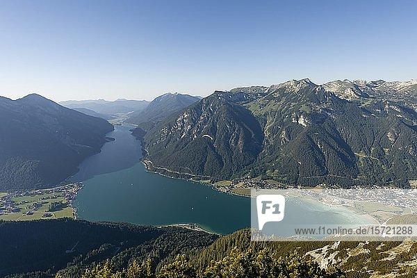 Bergpanorama vom Bärenkopf  Achensee  links Seebergspitze und Seekarspitze  rechts Rofangebirge  Tirol  Österreich  Europa