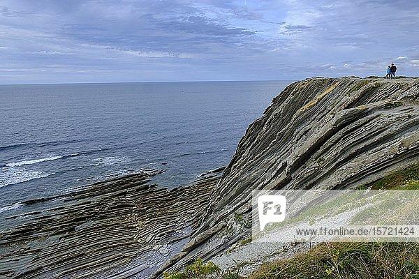 Basaltplatten am Meer  Corniche Basque d'Urrugne  bei St. Jean de Luz  Côte Basque  Baskenland  Aquitanien  Département Pyrénées-Atlantiques  Nouvelle-Aquitaine  Frankreich  Europa