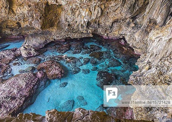 Touristen schnorcheln in den Avaiki Gezeitenbecken  Südpazifik  Niue  Ozeanien