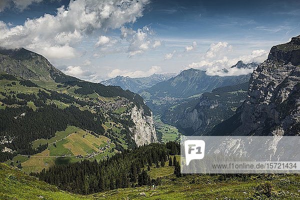 Blick auf Mürren und das Lauterbrunnental  hinten Jungfrau-Aletsch-Bietschhorn  Berner Oberland  Kanton Bern  Schweiz  Europa