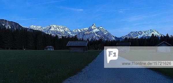 Heustadl auf einer Wiese  Ehrwalder Sonnenspitz und Berge in der Nacht  bei Ehrwald  Tirol  Österreich  Europa