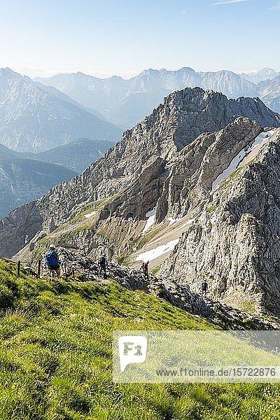 Bergsteiger  Gipfel Sulzleklammspitze  Mittenwalder Höhenweg  Karwendelgebirge  Mittenwald  Deutschland  Europa