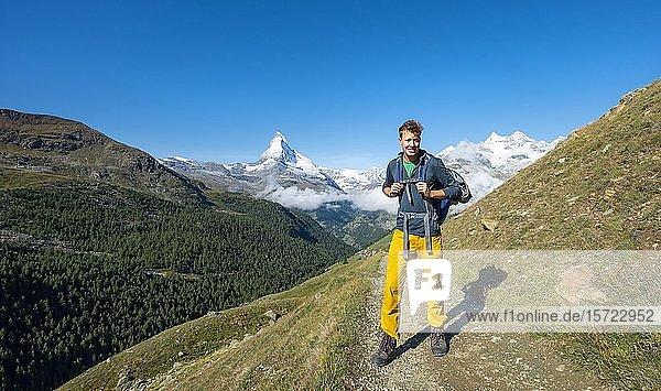 Wanderer auf dem 5-Seen Wanderweg  hinten schneebedecktes Matterhorn  Zermatt  Wallis  Schweiz  Europa