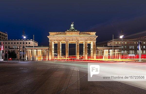 Lichtspuren vor dem Brandenburger Tor bei Abenddämmerung  Pariser Platz  Berlin  Deutschland  Europa