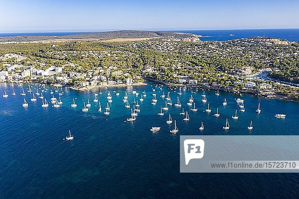 Luftaufnahme  Blick auf Küste Costa de la Calma und Santa Ponca  Hotelanlagen und Segelboote im Wasser  Costa de la Calma  Region Caliva  Mallorca  Balearen  Spanien  Europa