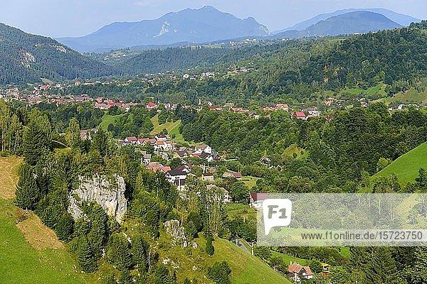 Berglandschaft mit Dörfern  nahe Bran  Siebenbürgen  Rumänien  Europa