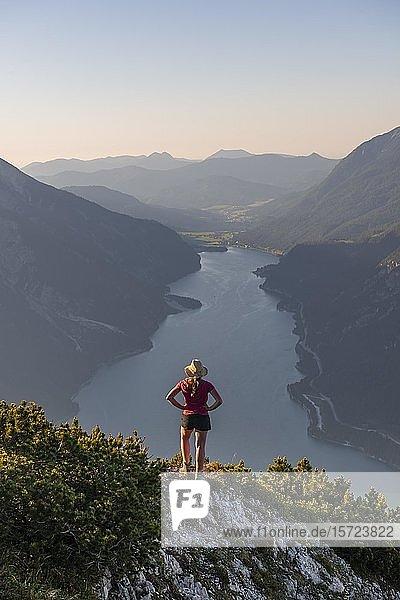 Junge Frau blickt über Berglandschaft  Ausblick vom Berg Bärenkopf auf den Achensee  Tirol  Österreich  Europa