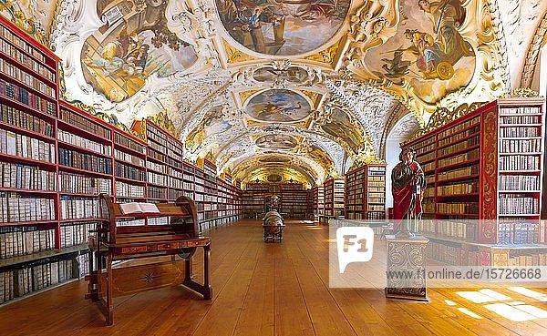 Saal der Theologie  Globen und historische Bücher  Strahover Bibliothek  Kloster Strahov  Hradschin  Prag  Tschechien  Europa