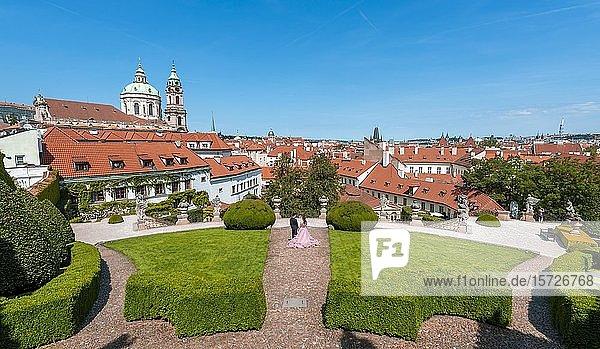 Hochzeitspaar im Vrtba-Garten im Barockstil  St. Nicholas Kirche  Kleinseite  Prag  Tschechische Republik  Europa