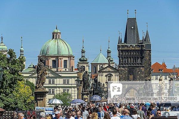 Menschenmenge auf der Karlsbrücke  Karl?v most  hinten Kuppel der Kreuzherrenkirche mit Altstädter Brückenturm  Prag  Böhmen  Tschechien  Europa