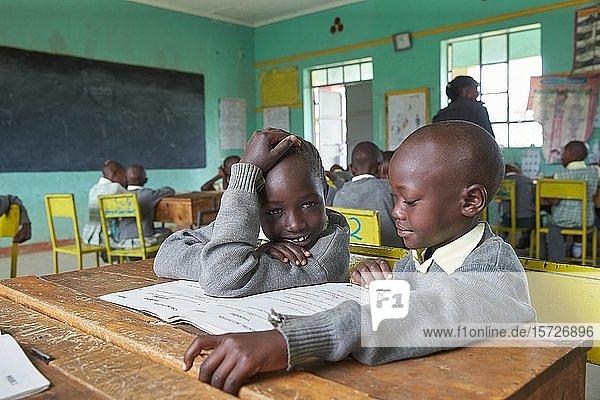Schülerin und Schüler im Klassenzimmer beim Unterricht der Primary School  Mirisa-Academy  Nakuru  Kenia  Afrika