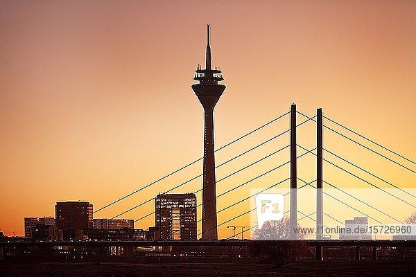 Silhouette bei Sonnenuntergang mit Stadttor  Rheinturm und Rheinkniebrücke  Düsseldorf  Nordrhein-Westfalen  Deutschland  Europa
