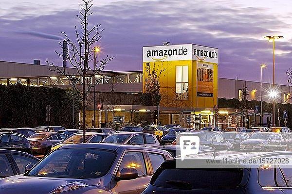 Parkplatz am Amazon Logistikzentrum  Abenddämmerung  Rheinberg  Nordrhein-Westfalen  Deutschland  Europa