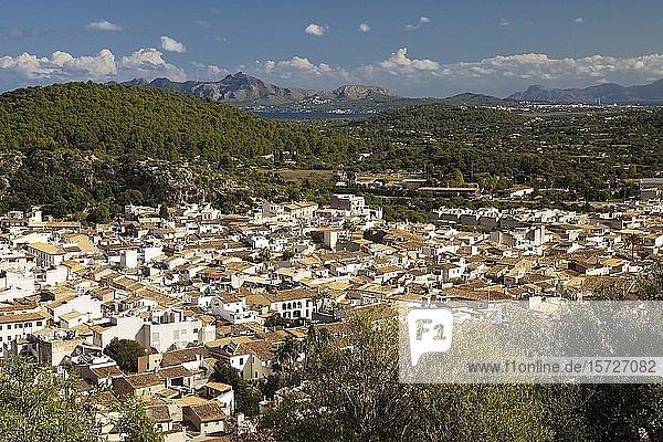 Ortsansicht mit Umgebung vom Kalvarienberg  Pollenca  Mallorca  Balearen  Spanien  Europa