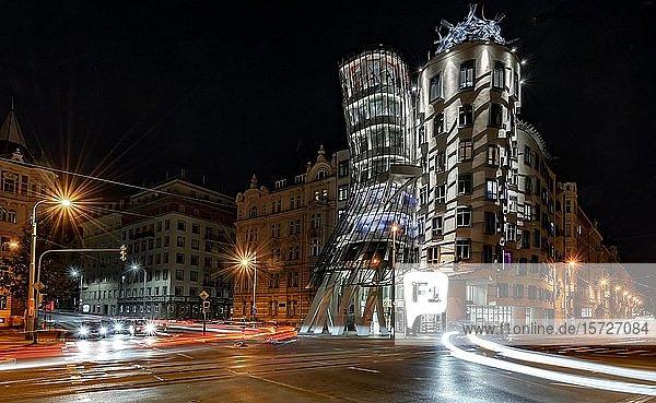 Tanzendes Haus  Ginger and Fred  Architekt Frank Gehry  Lichtspuren  Nachtaufnahme  Prag  Tschechien  Europa