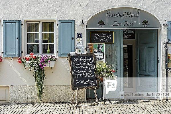 Eingang zur Gastwirtschaft mit Speisekarte und Blumenschmuck  Gasthof zur Post  Altstadt  Hilpoltstein  Mittelfranken  Franken  Bayern  Deutschland  Europa
