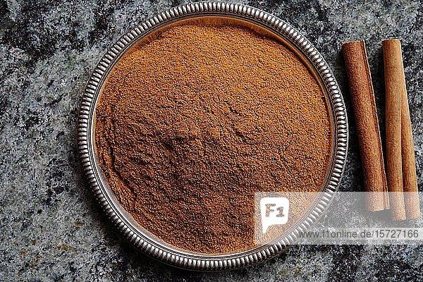 Cassia Zimt (Cinnamomum cassia)  Zimtstangen und gemahlener Zimt in einer Schale  Indien  Asien