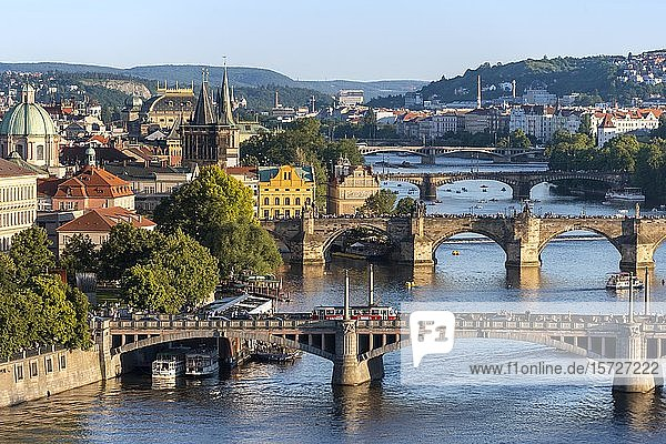 Stadtansicht mit Brücken über Fluss Moldau  Karlsbrücke mit Altstädter Brückenturm  Prag  Böhmen  Tschechien  Europa