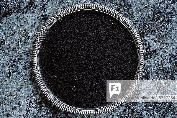Schwarzkümmel (Nigella sativa)  Samen in einer Schale  Indien  Asien