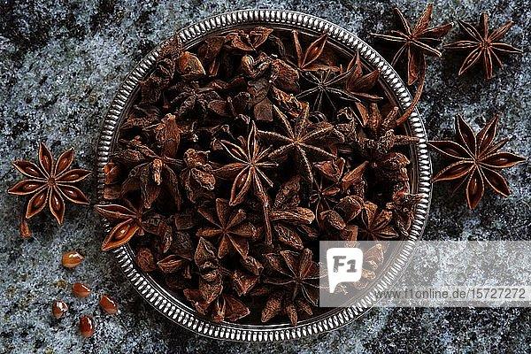 Sternanis (Illicium verum) in einer Schale  Indien  Asien