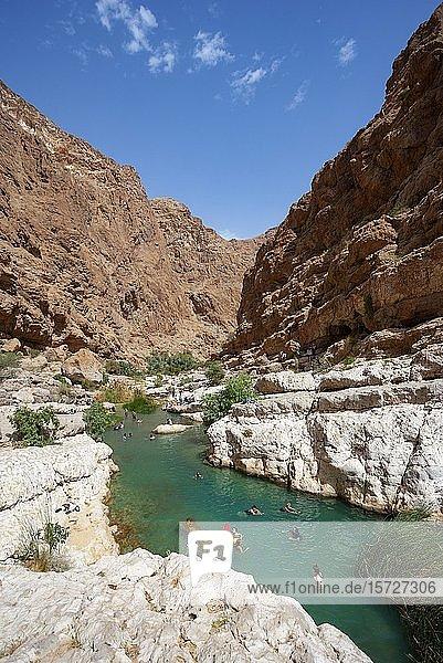 Süßwasserpool zwischen schroffen Felsen  Wadi Shab  Distrikt Schamal asch Scharqiyya  Sultanat Oman