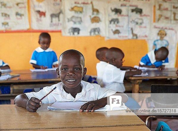 Schüler an der Schulbank in der Vorschule im Klassenzimmer  Mirisa-Academy  Nakuru  Kenia  Afrika