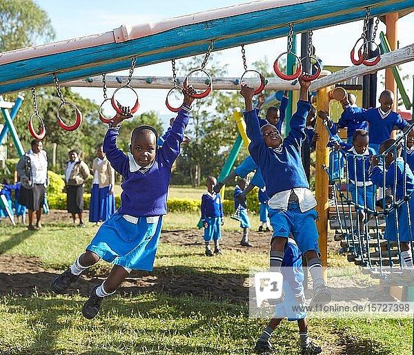 Schülerinnen spielen am Klettergerüst auf dem Schulhof  Mirisa-Academy  Nakuru  Kenia  Afrika