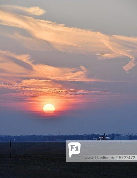Flugzeug auf der Startbahn bei Sonnenuntergang  Flughafen München  Oberbayern  Bayern  Deutschland  Europa