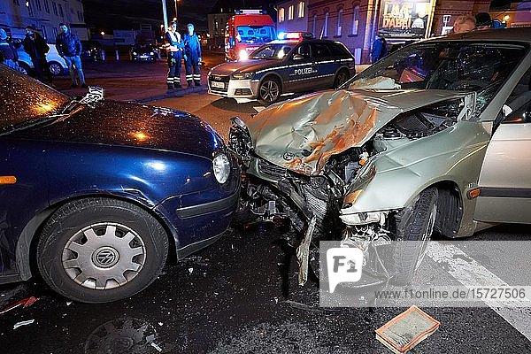Zusammenstoß zweier Pkw's mit Polizei  Autounfall  Koblenz  deutschland