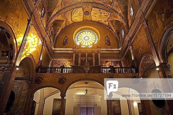Fensterrosette und Orgel in der römisch-katholischen Kirche Santa Maria dels Àngels  Pollenca  Mallorca  Balearen  Spanien  Europa