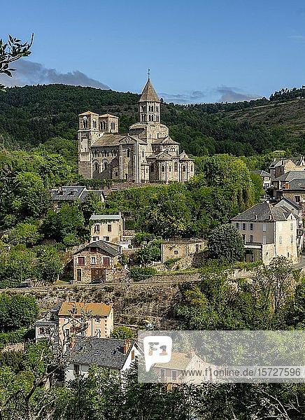 Blick mit romanischer Kirche Saint-Nectaire  Notre-Dame-du-Mont-Cornadore  Puy de Dome  Auvergne Rhone Alpes  Frankreich  Europa