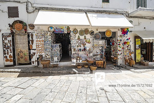 Souvenirladen in der Altstadt  Ostuni  Apulien  Italien  Europa