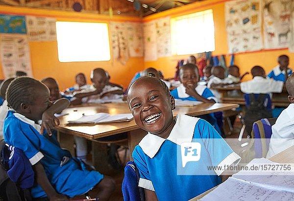 Lachende Schülerin in der Vorschule im Klassenzimmer  Mirisa-Academy  Nakuru  Kenia  Afrika
