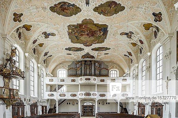Barockes Langhaus mit Orgelempore  Spiegelgewölbe mit Deckenfresken  Stadtpfarrkirche St. Johannes der Täufer  Altstadt  Hilpoltstein  Mittelfranken  Franken  Bayern  Deutschland  Europa