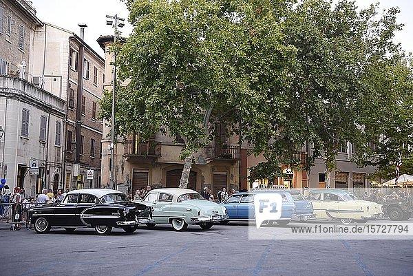 Amerikanische Oldtimer parken  Piazza Simoncelli  Senigallia  Marken  Italien  Europa