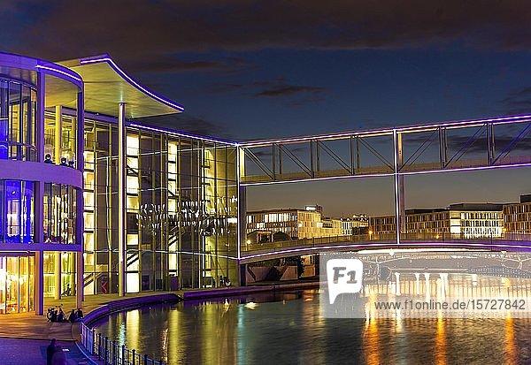 Filmprojektion am Deutschen Bundestag  bunt beleuchtetes Paul-Löbe-Haus am Ufer der Spree bei Abenddämmerung  Berlin  Deutschland  Europa